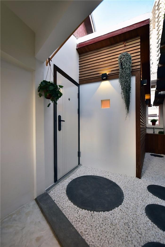 Khoảng diện tích nhỏ xinh phía trước cửa nhà được trang trí đơn giản và đẹp mắt