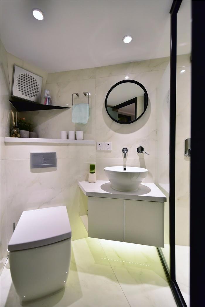 Phòng tắm nằm trong góc hẹp méo mó vẫn đẹp ấn tượng