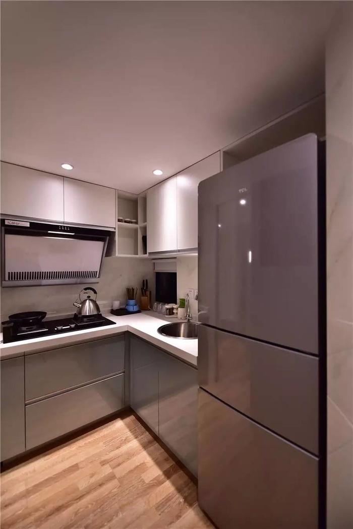 Căn bếp có diện tích nhỏ nên KTS hỗ trợ tối đa ánh sáng từ đèn chiếu, gam màu của sàn gỗ