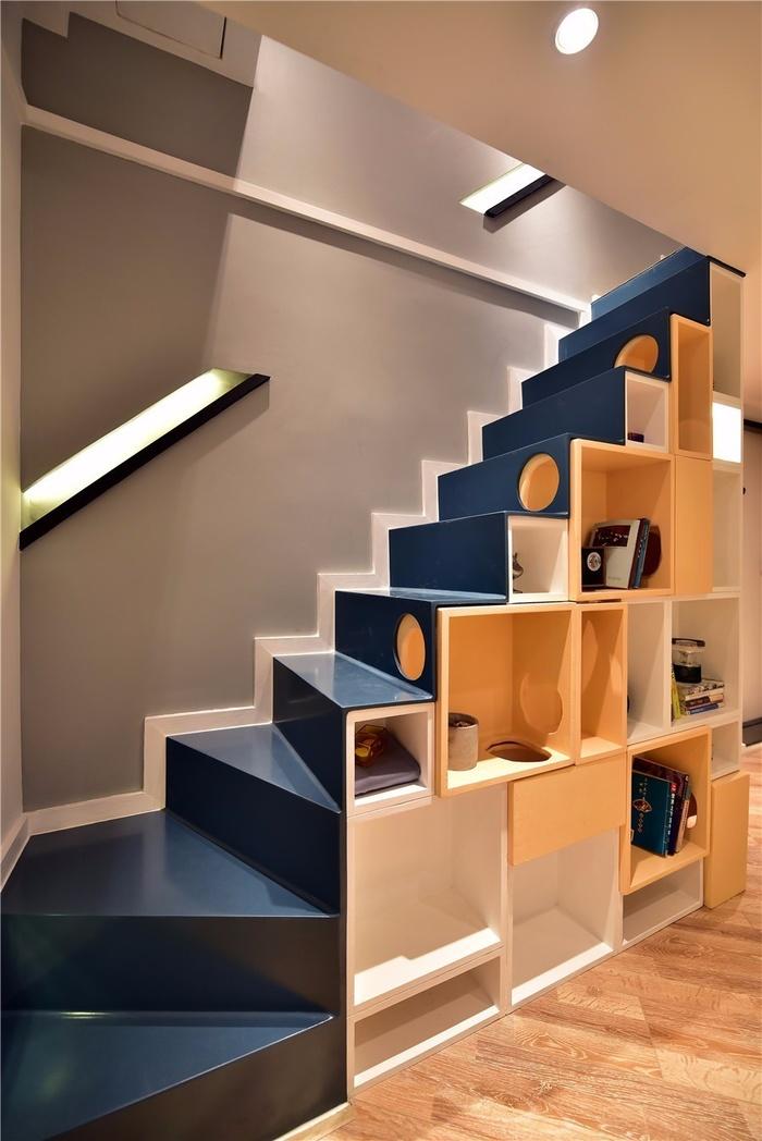 Cầu thang xinh xắn đi lên phòng ngủ được tận dụng đặt hộp chứa đồ