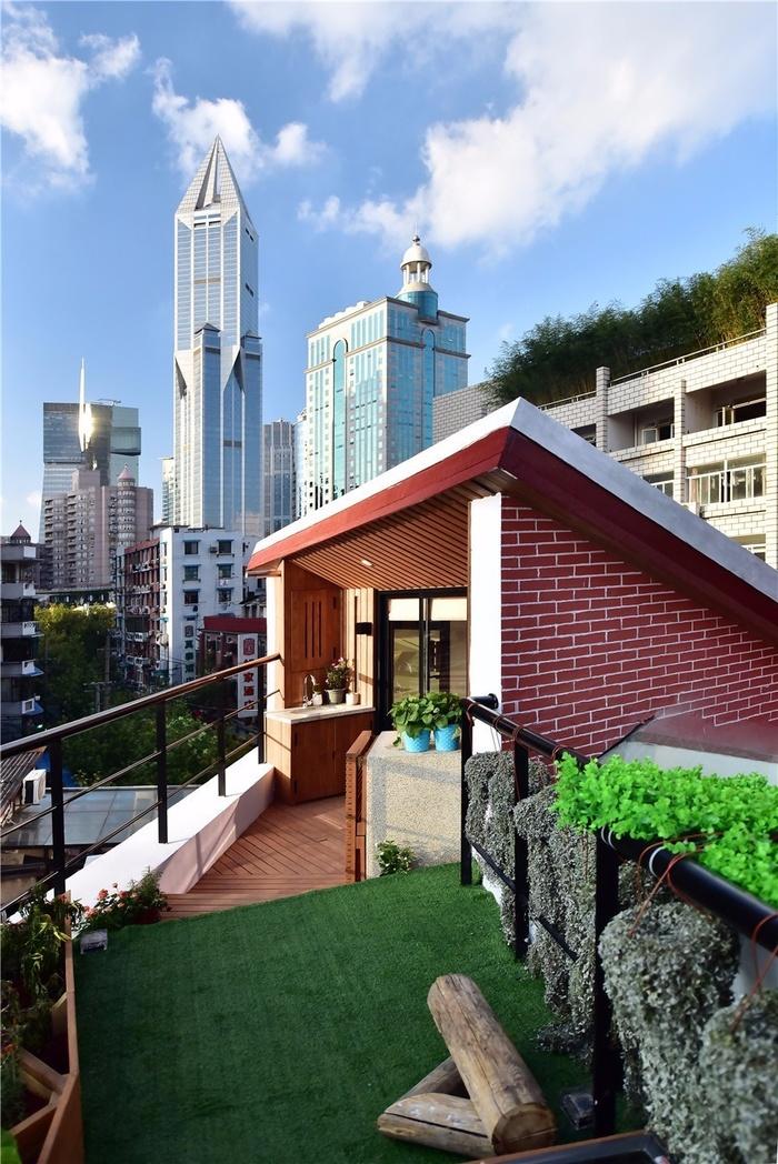 Sân thượng nhỏ nhưng được thiết kế tỉ mẩn, đẹp tinh tế với mảng xanh cây cỏ